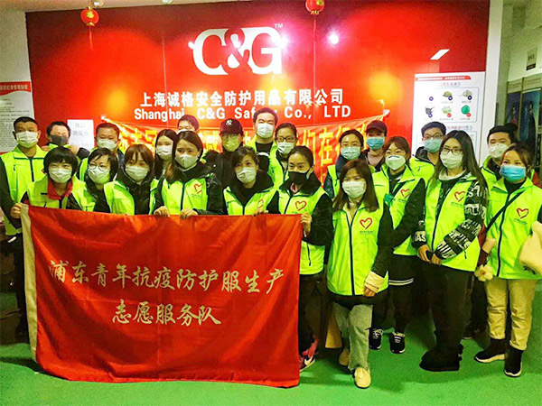 Fight against COVID-19 together, Shanghai Volunteers help to make protective clothing